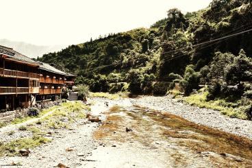 Villaggio ai piedi delle colline.